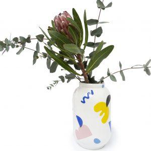 Ceramiczny wazon z kolekcji Joy, w kolorowe graficzne wzory, projekt emwustudio
