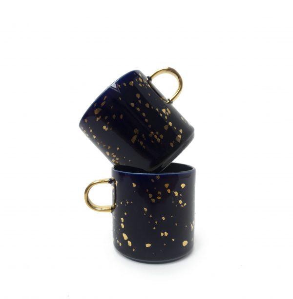 Duży, pojemny kubek, ręcznie robiony, kobaltowy w złote plamki i ze złotym uszkiem.
